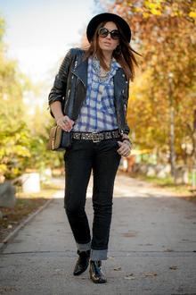 Grungie, grunge, tartan, black jeans, nineties